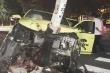 Phá cửa, giải cứu tài xế bị mắc kẹt sau khi đâm vào cột điện