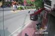 Clip: Xe máy đi ngược chiều tông thẳng, kẹt cứng dưới gầm ô tô
