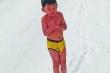 Video: Bé trai cởi trần chạy giữa trời mưa tuyết