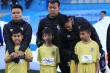 Để trẻ mặc áo cộc giữa trời rét cắt da cắt thịt, BTC Siêu Cup Quốc gia nhận lỗi