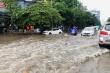 Video: Mưa lớn, đường Hà Nội biến thành sông, cây đổ đè bẹp ô tô