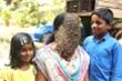 Người phụ nữ Ấn Độ bình thản cho hàng nghìn con ong bu kín mặt