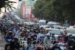 Người xe chen nhau nghẹt thở ở cửa ngõ sân bay Tân Sơn Nhất giáp Tết