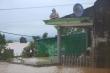 Ảnh: Đại hồng thuỷ nhấn chìm nhà cửa, dân Quảng Bình ngồi trên mái nhà cầu cứu