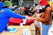 Dân Quảng Nam mang rác đổi nước rửa tay phòng Covid-19