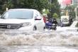 Đường Nguyễn Hữu Cảnh lại ngập, dân lấy tấm ván be cửa ngăn nước tràn vào nhà