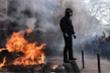 Video: Người biểu tình ném đốt xe ô tô, đập phá cửa hàng ven đường tại Pháp