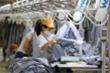 COVID-19 tàn phá, doanh nghiệp dệt may xoay xở để tồn tại