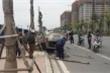 Ô tô tông đổ cây xanh, cột đèn rồi lật chổng vó trên đường, tài xế nhập viện