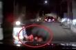 Thót tim cảnh cháu bé ngã từ xe máy xuống, suýt bị ô tô cán trong đêm tối