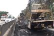 2 xe tải bốc cháy dữ dội trên quốc lộ 1A, tài xế phá cửa thoát ra ngoài