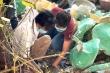 Hai cha con đội nắng, bới rác tìm di ảnh người thân 'bị lạc' ở chùa Kỳ Quang 2