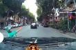 Video: Tài xế Grab bike vượt đèn đỏ bị ô tô tông ngã ở Hà Nội