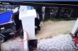 Clip: Lùi xe tải cán trúng bé 1 tuổi, tài xế xóa dấu vết rồi bỏ trốn gây phẫn nộ