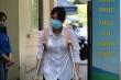 Thí sinh bị gãy chân, phải chống nạng đi thi môn cuối kỳ thi tốt nghiệp THPT