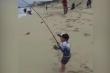 Clip: Cậu bé 'sướng điên' khi câu được cá lớn