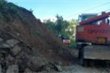 Video: Xuyên đêm cưa cây, mở đường vào hiện trường sạt lở 53 người mất tích