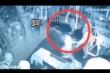 Clip: Sợ phát điên, cô gái nắm tay con ma tháo chạy