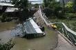 Chở quá tải khiến cầu sập, xe rơi sông