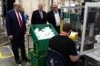 Ông Trump phớt lờ chỉ dẫn y tế khi thăm nhà máy sản xuất khẩu trang N95