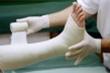 Tự điều trị thuốc nam tại nhà, người đàn ông suýt mất chân