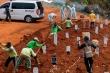 Video: Chôn cất các thi thể, công nhân đào mộ ở Ấn Độ làm việc 24/7