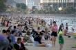 Bãi biển đông nghẹt người bất chấp dịch COVID-19, Bộ Y tế ra công điện khẩn