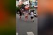 Clip: Va chạm giao thông, 2 người đàn ông lao vào đánh nhau, ngã tư tắc nghẽn