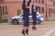 Tình nguyện viên Tây Ban Nha ca hát, nhảy múa cổ vũ cư dân cách ly vì COVID-19