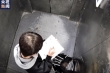 Cậu bé kẹt trong thang máy vẫn tranh thủ làm bài, dân mạng xuýt xoa hâm mộ