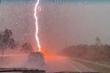 Clip: Tia sét giáng cực mạnh xuống đường khiến người lái xe trên cao tốc hoảng hồn
