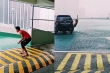 Đôi dép phản chủ khiến thanh niên ngã ngửa giữa trời mưa
