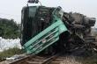 Xe tải chở đá trắng bị lật, đường sắt Bắc - Nam tê liệt