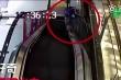 Nghịch ngợm, bé trai 11 tuổi gặp tai nạn kinh hoàng trên thang cuốn