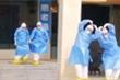 Bác sĩ gây sốt với điệu nhảy 'Hồ thiên nga' mừng bệnh nhân nhiễm Covid-19 xuất viện
