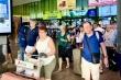 Nhiều  khách Tây đến sân bay Tân Sơn Nhất không đeo khẩu trang