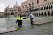 Venice ngập lụt chưa từng có, Trung Quốc bùng phát dịch hạch: Tác động đáng sợ của biến đổi khí hậu