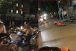 Ô tô tông hàng loạt xe máy dừng đèn đỏ ở Hà Nội