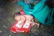 Ấn Độ: Thêm một bé gái bị bỏ rơi dã man trong thùng rác