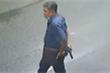 Công an xác minh người đàn ông trung niên cầm súng đi trên đường ở TP.HCM