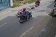 Video: Hai tên cướp giật túi xách, kéo lê người phụ nữ trên đường ở Long An