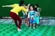 Cô giáo 'điều chỉnh' học sinh lúc tập múa: Phòng GD&ĐT nói gì?