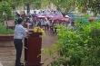 Thầy hiệu trưởng phát biểu giữa trời mưa ở tiết chào cờ cuối của trò cuối cấp