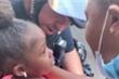 Xúc động khoảnh khắc cảnh sát ôm bé gái da màu giữa biểu tình Mỹ