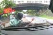 Video: Ô tô đi ngược chiều, tông trực diện húc văng xe máy