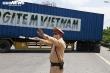 Cưỡng chế nhiều xe không chịu quay đầu ở chốt kiểm soát vào Hà Nội