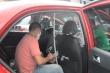 Video: Tài xế lắp màng ngăn trong ô tô chống dịch Covid-19