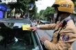 Ảnh: CSGT Hà Nội dán thông báo phạt nguội ô tô đỗ sai quy định, tài xế ngỡ ngàng