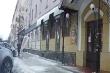 Video: Người phụ nữ suýt bị tảng băng tuyết rơi trúng đầu