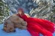 Gấu nâu bị mẹ bỏ rơi trở thành mẫu ảnh nổi tiếng